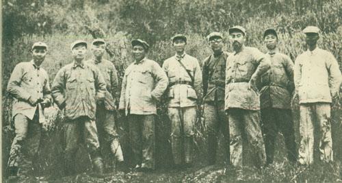 1930年8月,彭德怀领导的红五军团与毛泽东、朱德领导的红一军团组成红一方面军,建立和发展了中央革命根据地。图为彭德怀1933年在中央苏区的福建建宁县合影。左起:叶剑英,杨尚昆、彭德怀、刘伯坚、张纯清、李克农、周恩来、滕代远、袁国平。