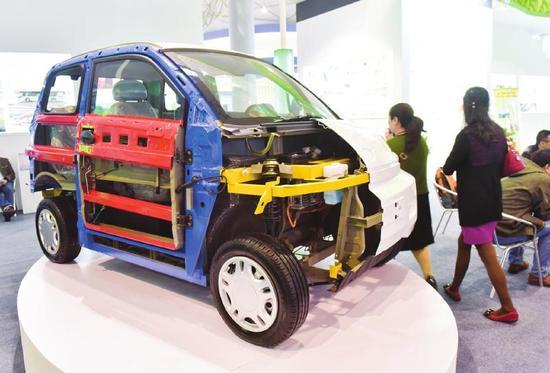 西部进口展上展示的新能源汽车。 吕甲摄
