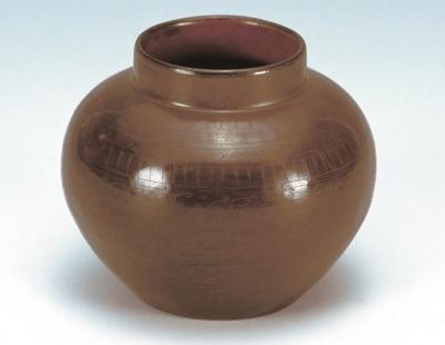西汉针刻云纹漆罐(扬州博物馆藏)