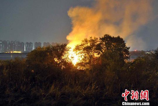 福州乌龙江湿地大火四小时明火全扑灭无伤亡
