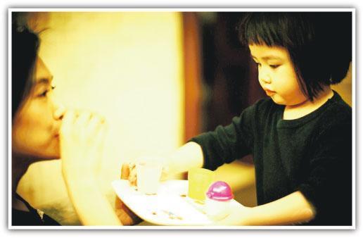 女儿为朱茵斟茶庆祝其44岁生日(图)
