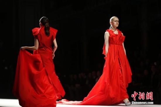时装设计师用白蓝红黑演绎四时变化【3】