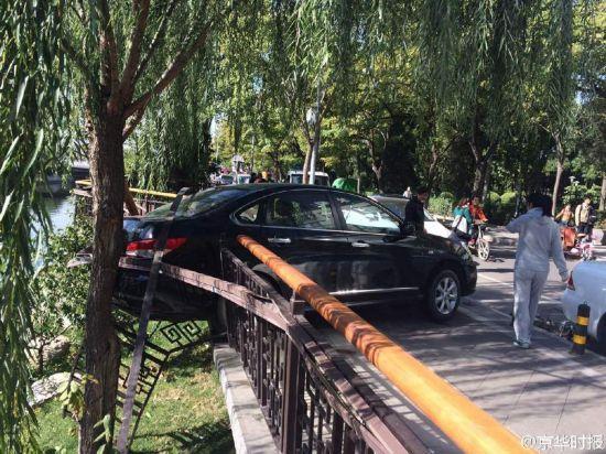 北京一女司机倒车撞伤男子 撞坏护栏差点掉河里(组图)【2】