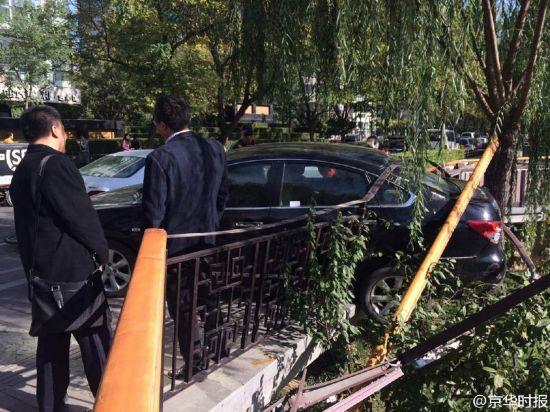 北京一女司机倒车撞伤男子 撞坏护栏差点掉河里(组图)【9】