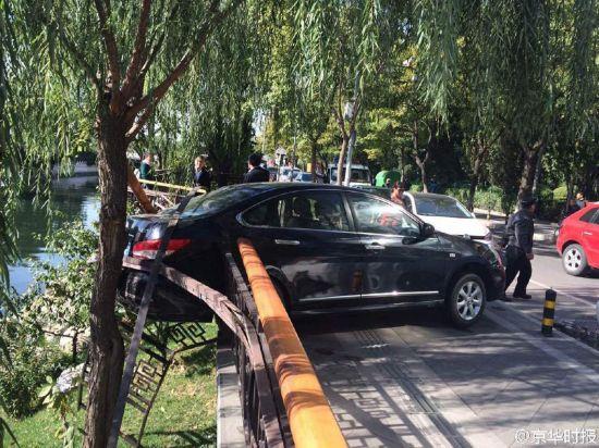 北京一女司机倒车撞伤男子 撞坏护栏差点掉河里(组图)【6】