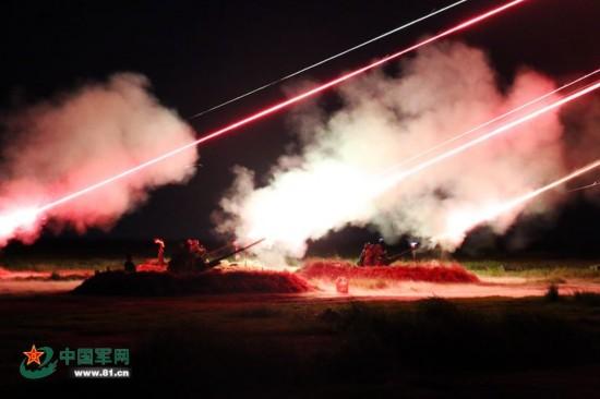 解放军夜间实弹射击 酷似星战