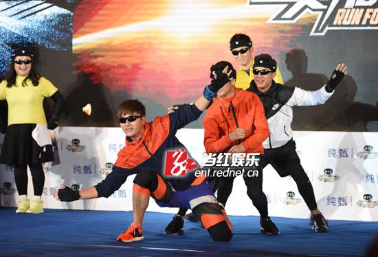 贾乃亮、杜淳、田亮、窦骁组成型男组合逗乐全场。