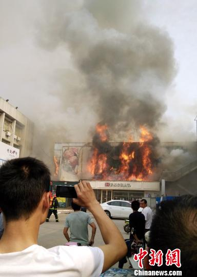 江西南昌一大型超市发生火灾过火面积约400平方米