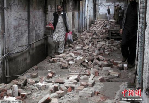 巴基斯坦明戈拉受損嚴重,磚頭瓦礫鋪滿接道。