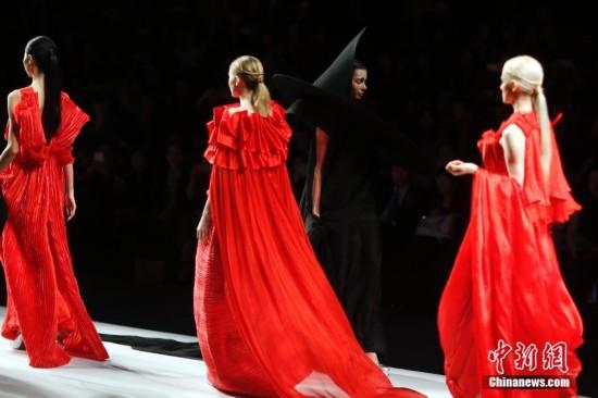 时装设计师用白蓝红黑演绎四时变化【7】