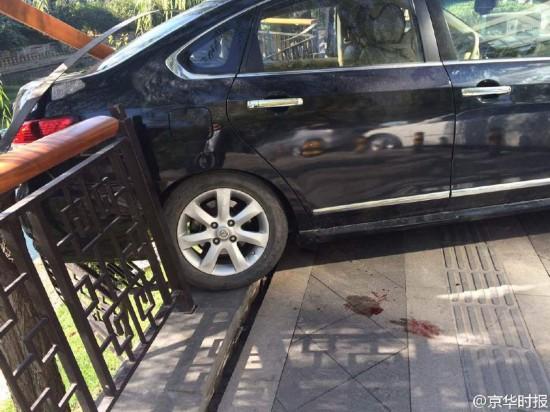 北京一女司机倒车撞伤男子 撞坏护栏差点掉河里(组图)【7】