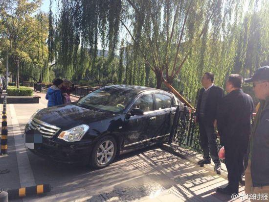北京一女司机倒车撞伤男子 撞坏护栏差点掉河里(组图)【8】