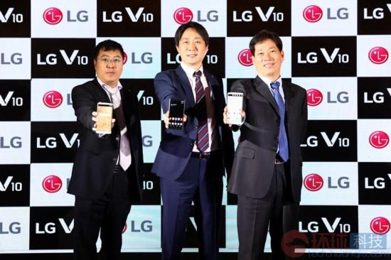 LG V10手机品牌亮相中国 双屏幕设计 售价499