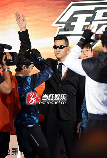 发布会上终于不再惧怕黑衣猎人,王俊凯现场摆玩起黑衣猎人。