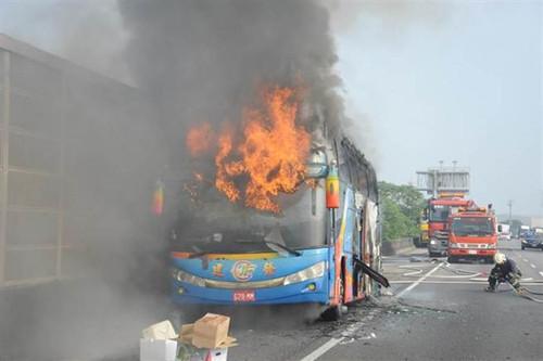 台湾一游览车起火面目全非33人安全脱险(图)