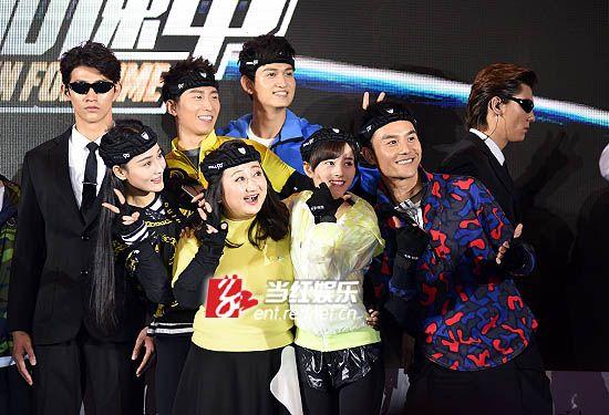 王凯、马可、张馨予等明星忙着和黑衣猎人合影。