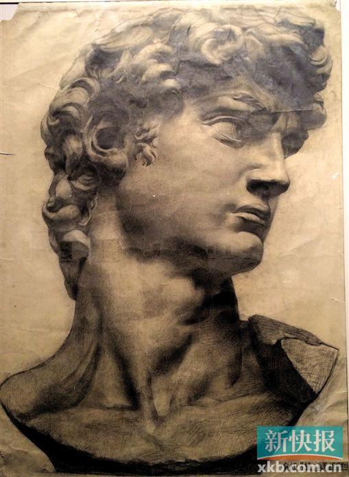 """曾经轰动一时的喻红素描作品《大卫像》。1980年,喻红在中央美术学院油画系读大一时,被布置要画一张《大卫》,她花了四个星期画出了被靳尚谊誉为""""央美史上最好的一张《大卫》"""",并且在1981年登上了全国美术素描教材的封面。"""