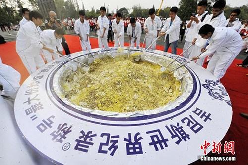 """中国人的吉尼斯情结:""""世界最大份炒饭""""被取缔引反思"""