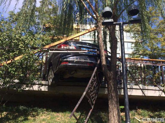 北京一女司机倒车撞伤男子 撞坏护栏差点掉河里(组图)【4】