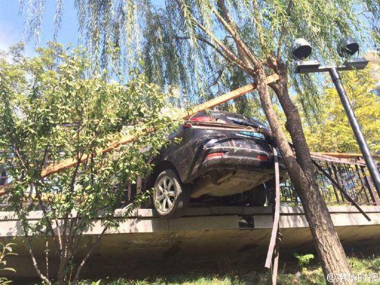 北京一女司机倒车撞伤男子 撞坏护栏差点掉河里(组图)【3】