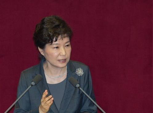 当地时间27日,韩国总统朴槿惠在国会全体会议上发表关于年度预算案的讲话。