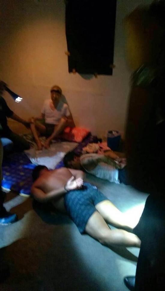 香港富商黃煜坤綁票案宣告偵破,警方27日晚間10時許攻堅,嫌犯被壓制在地上,黃煜坤在一旁一臉驚恐。(中國時報)