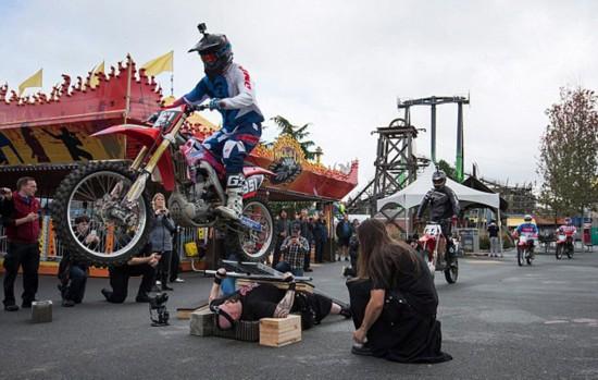 特技演員躺釘床被70輛摩托車輾過 刷新世界紀錄