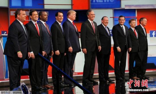 当地时间2015年8月6日,美国克利夫兰,2016共和党总统竞选人举行首场电视辩论,参加此次电视辩论的10个人分别为(左起)新泽西州州长克里斯蒂、佛罗里达州参议员鲁比奥、脑神经外科医生卡森、威斯康星州州长沃克、富豪特朗普、佛罗里达州前州长杰布布什、前阿肯色州州长赫卡比、得克萨斯州参议员克鲁兹、肯塔基州参议员保罗,以及俄亥俄州州长卡西奇。