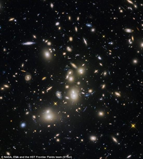 英媒 哈勃望远镜拍到宇宙最古老星系图像