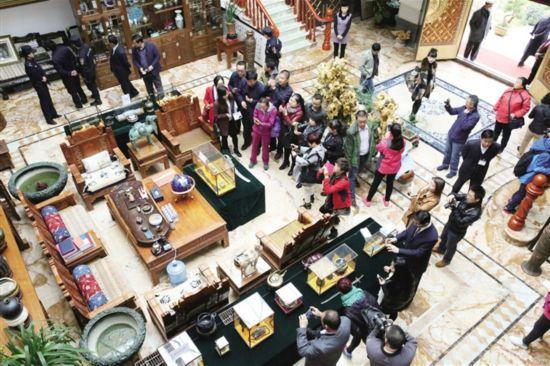 海东市第一次旅游发展大会参会人员实地观摩