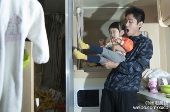 Zhu Chunxie plays with his daughter. (Photo from Weibo)