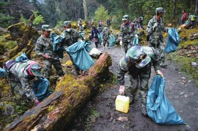 云南梅里雪山景区12天清150吨垃圾 河道垃圾成堆