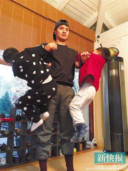 田亮手臂挂两娃网友调侃:森碟究竟有几个弟弟