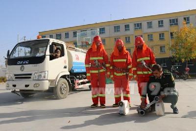 图为消防官兵对专职消防队员正在进行业务指导