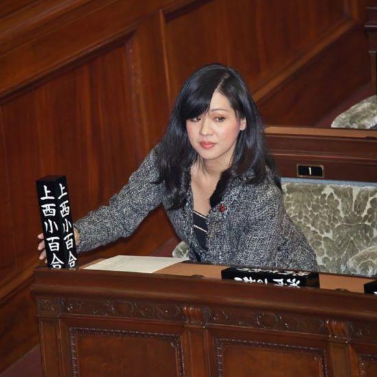 日本美女议员上脱口秀被要求上演与名嘴辞职衬衫绸缎美女图片