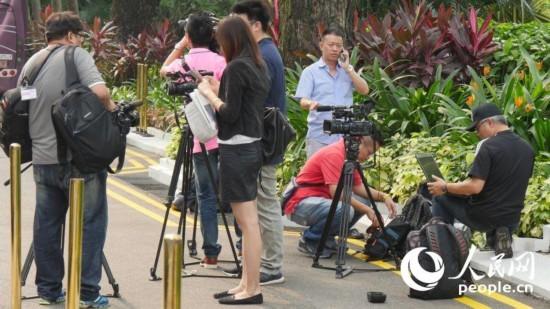 两岸领导人会面将于7日在新加坡举行。众媒体己各显神通,进入繁忙工作状态。(人民网记者段晓梦、黄瑾摄)