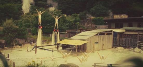 日本九州岛温泉请花样游泳美女水中起舞吸引游