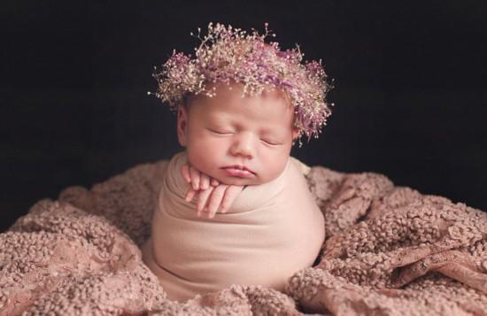 英摄影师为襁褓新生儿拍萌态写真