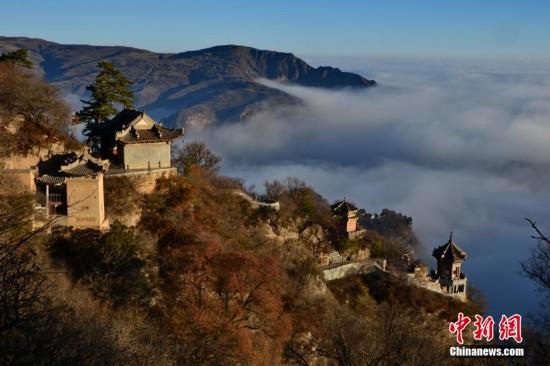 只露出一个个山尖,庙宇置身云海,仿佛云端里的仙居,时隐时现在云雾之