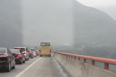 旅游大巴侵走应急车道近百米交警多次喊话才变入主道