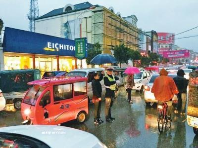 河南街头女子为雨中执勤民警撑伞半小时(图)