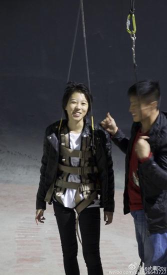王菲爱女吊威亚露笑容窦靖童做奔跑姿势帅气(图)