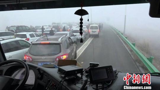 受大雾影响鄂尔多斯40多辆车连环相撞