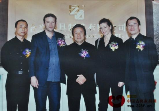 左二、左四为卡罗夫妇,左一为合兴奇典居董事长萧广铎