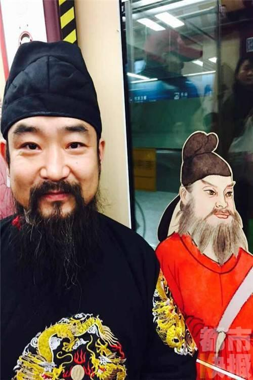 西安男子20多年每天只穿古装 开办私塾传播传统文化