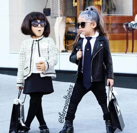 美国4岁双胞胎女孩潮气十足爆红网络