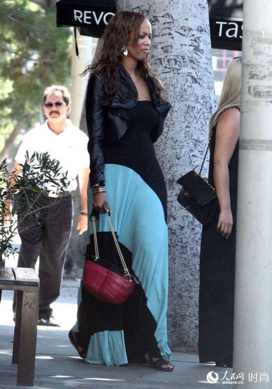 """泰拉・班克斯(Tyra Banks)维多利亚的秘密内衣品牌的第一个黑人模特,素有""""超级名模之母""""的美誉。这位举世威名的黑珍珠虽然走下T台已经许多个年头,但人们对她的关注程度却丝毫也没有降低。"""