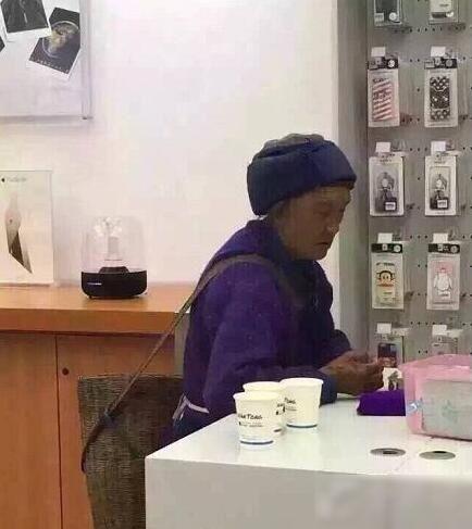 临沧街头一幕:孙子要苹果手机 奶奶背筐来付钱