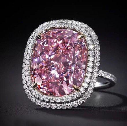 香港富豪斥资1.8亿拍下稀世粉钻送给爱女