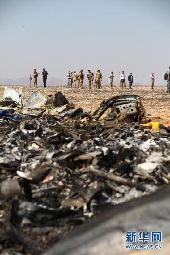 事故调查人员勘查俄罗斯客机失事现场(资料图)